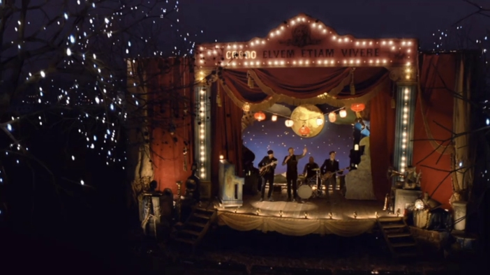 coldplay_christmas_lights_stage